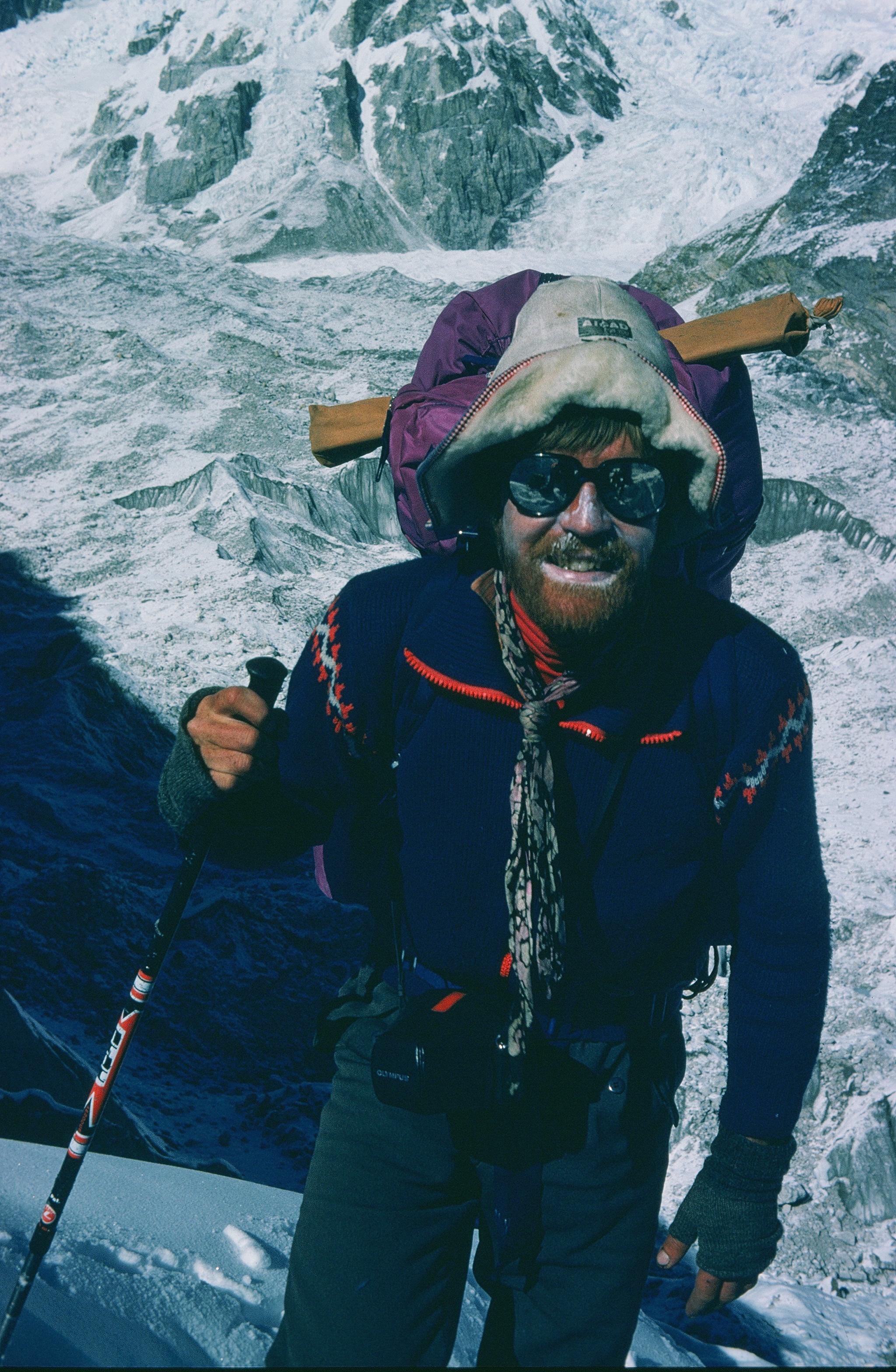Cho Oyu 8.188 m - Himalaya, Nepal Erstdurchsteigung der 3.000 m hohen SO-Wand. Edi KoblmŸller und Alois Furtner erreichten am 27. Okt. 1978 um 17.00 den Gipfel Foto: Furtner Im Bild: Edi KoblmŸller beim Erreichen des sicheren Basislagers am 1. Nov. 1978