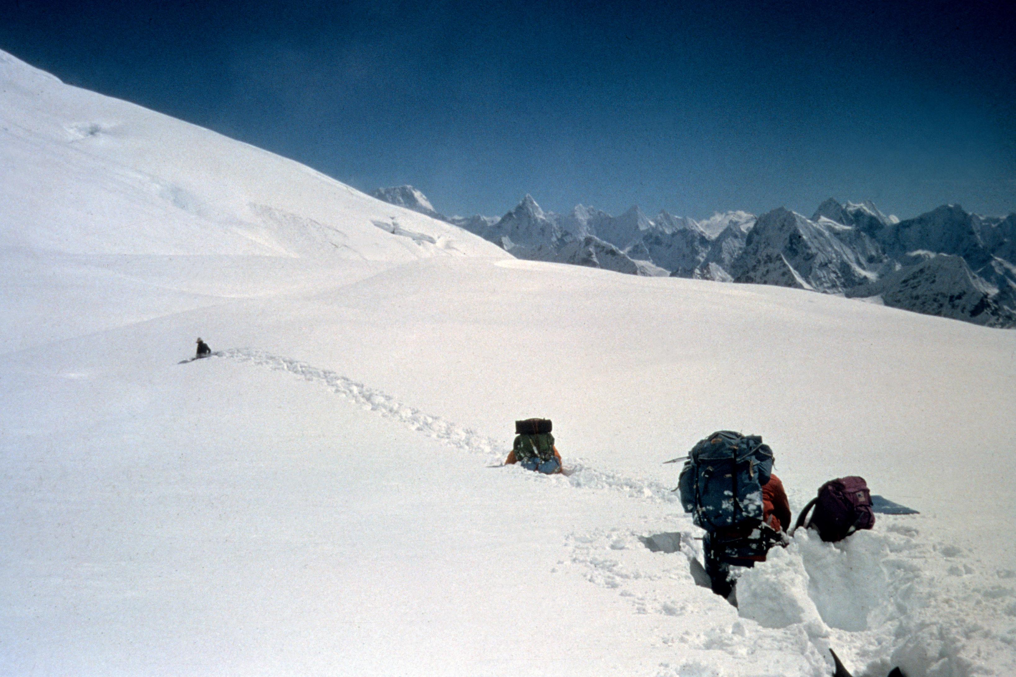 Cho Oyu 8.188 m - Himalaya, Nepal Erstdurchsteigung der 3.000 m hohen SO-Wand. Edi KoblmŸller und Alois Furtner erreichten am 27. Okt. 1978 um 17.00 den Gipfel Foto: Furtner Im Bild: Brusttiefer Neuschnee beim Abstieg nach 2-tŠgigen Wettersturz
