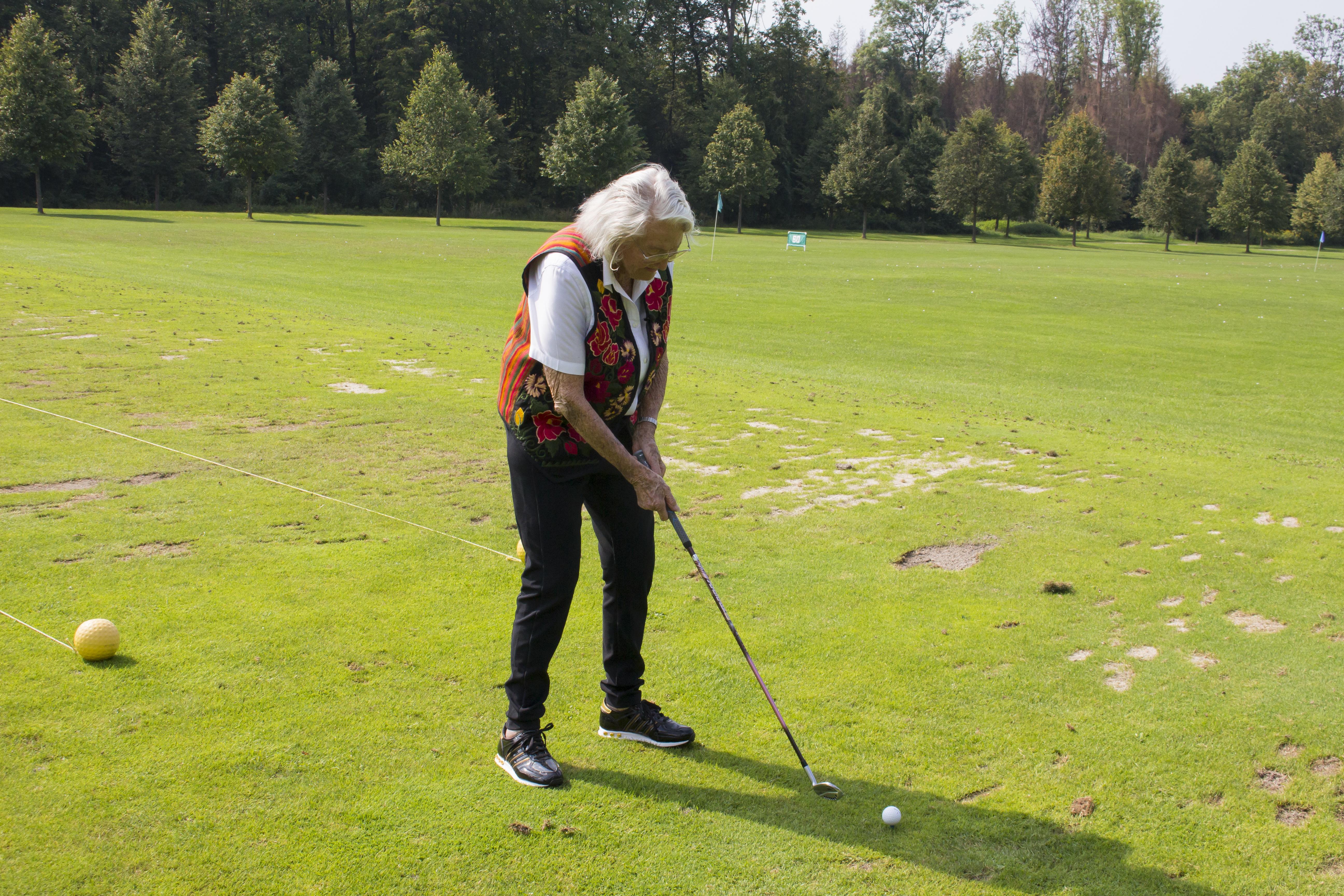 Maria Sernetz Dyhrenfurth beim Golfspielen im GC Klessheim